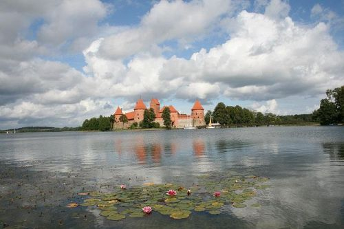 700px-Trakai_castle_in_summer
